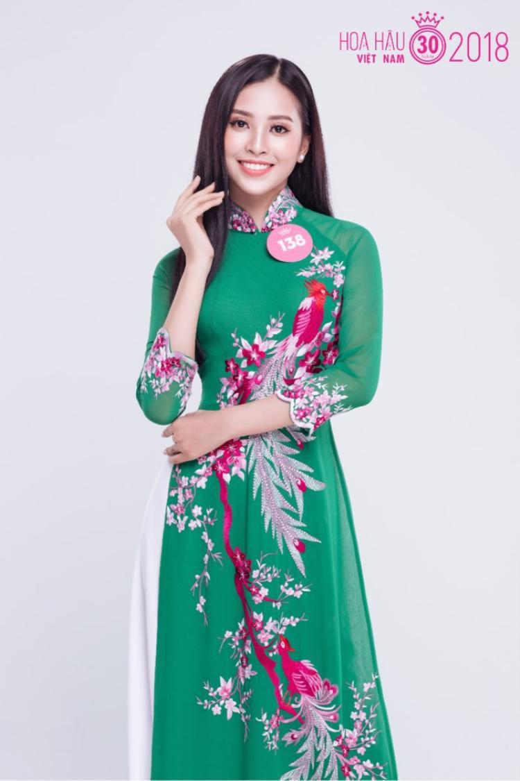 Trần Tiểu Vy duyên dáng trong trang phục áo dài
