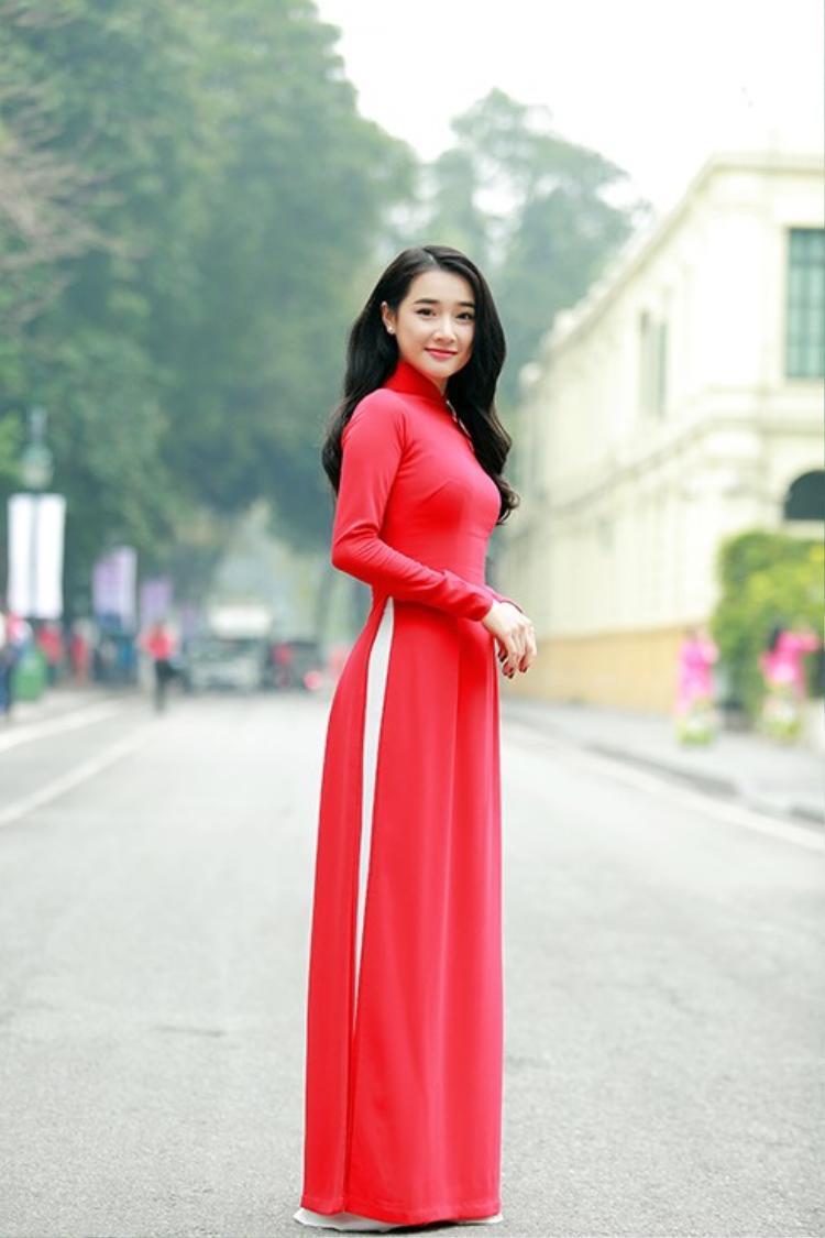 Xuất hiện trong một sự kiện vì cộng đồng, người đẹp chưng diện tà áo dài đỏ thanh nhã, đơn giản nhưng cực kỳ nổi bật.