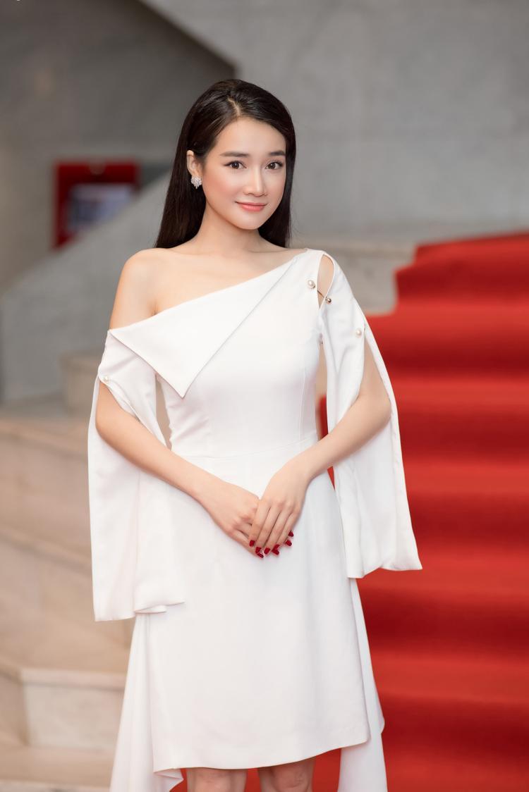 Diện chiếc váy trắng cắt xẻ bất đối xứng, nữ diễn viên xuất hiện rạng rỡ, thu hút ống kính từ phía truyền thông.