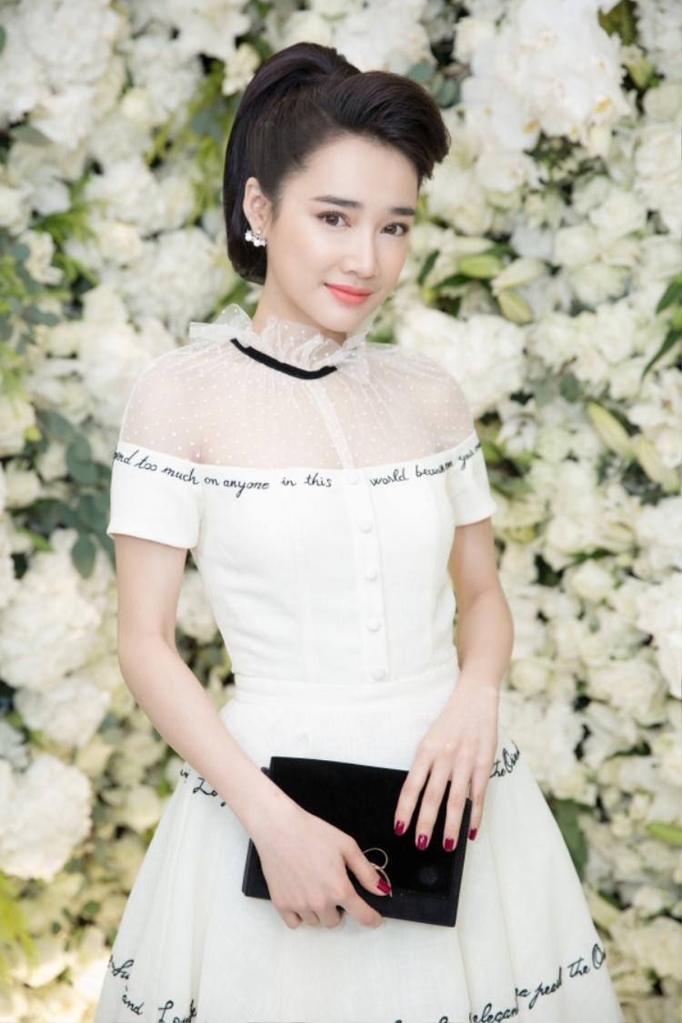 Lần khác lại khiến nhiều người phải ngẩn ngơ với dáng vẻ kiêu sa, trong trẻo trong thiết kế của Lê Thanh Hòa.