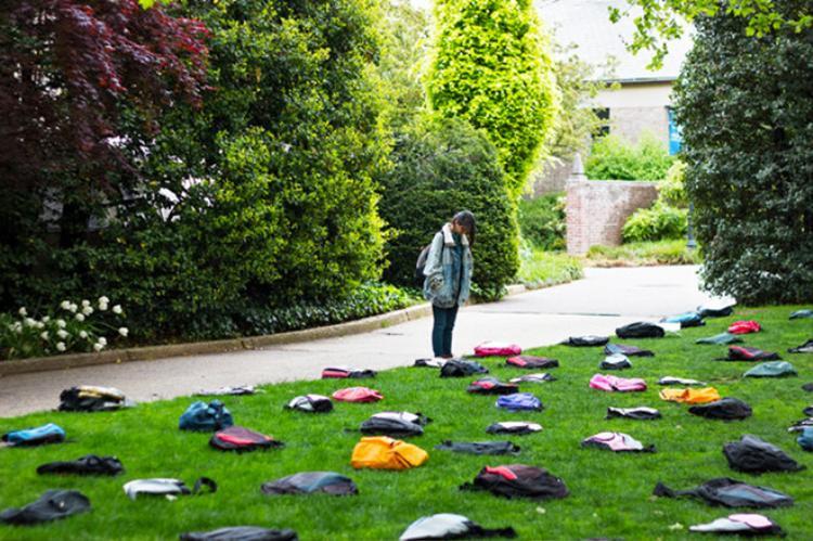 Nhóm hoạt động xã hội Active Minds tổ chức triển lãm với khoảng 1.100 chiếc ba lô tượng trưng cho số sinh viên tự tử mỗi năm. Ảnh: Activeminds.org.
