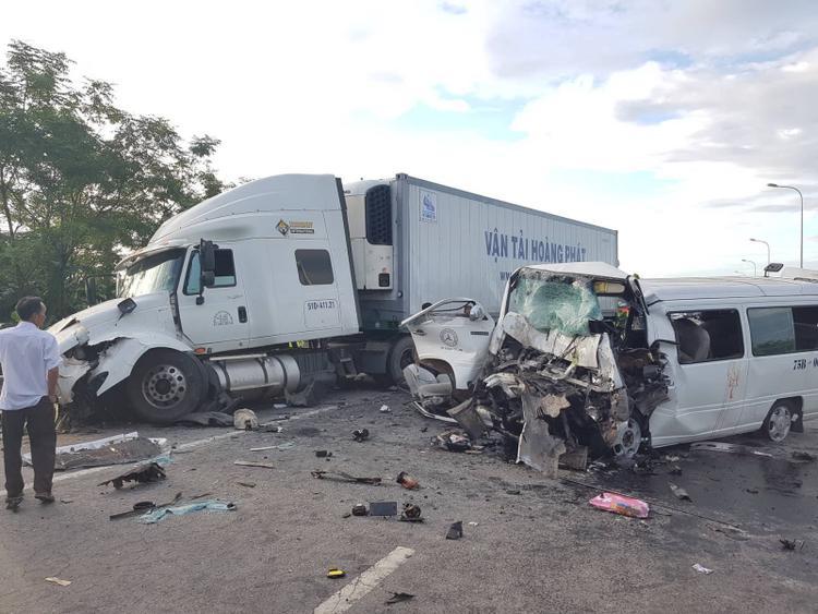 Hiện trường vụ tai nạn thảm khốc khiến 13 người tử nạn