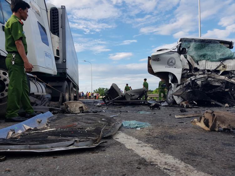 Tai nạn khiến xe ô tô và xe đầu kéo bị biến dạng nghiêm trọng. Ảnh: V.N