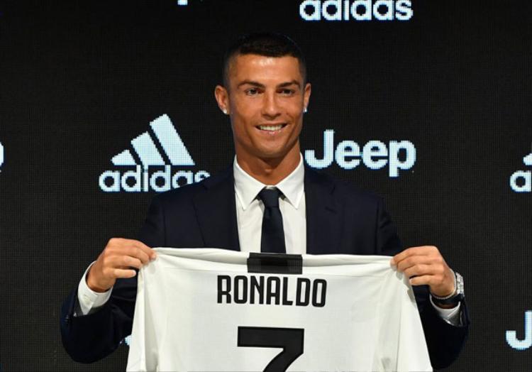 Tại Juventus, Ronaldo sẽ mặc áo số 7 quen thuộc. Để có chữ ký của siêu sao 33 tuổi, đương kim vô địch Serie A phải trả cho Real Madrid số tiền 100 triệu euro cộng với 12 triệu euro tiền phụ phí.