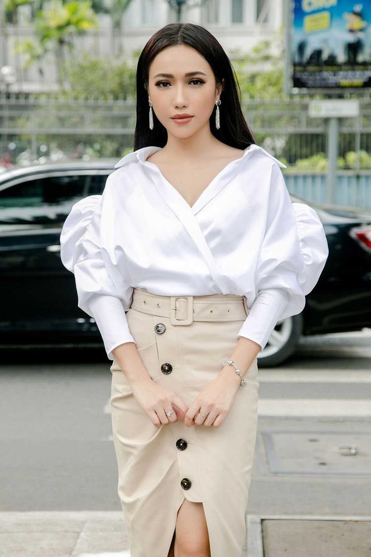 Bộ cánh đơn giản, chiếc áo sơ mi tay phồng cùng phần khoét cổ sâu phù hợp với vóc dáng thanh mảnh cùng chân váy kaki đính nút đẹp mắt với tông màu be, Diệu Nhi gây chú ý với style thanh lịch khi xuất hiện trên đường phố Sài Gòn.