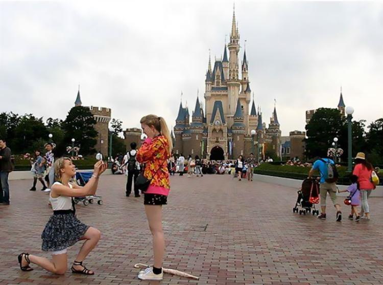 Ảnh cặp đôi cầu hôn ở Disneyland