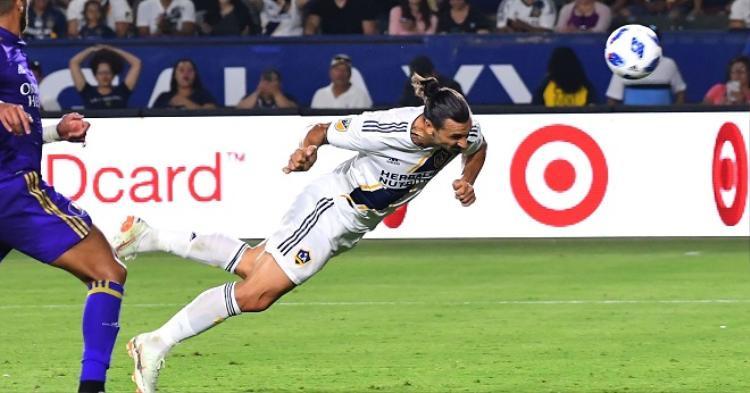 Ibrahimovic tung cú đánh đầu đầy hiểm hóc gỡ hòa cho LA Galaxy. Ảnh: US Today.
