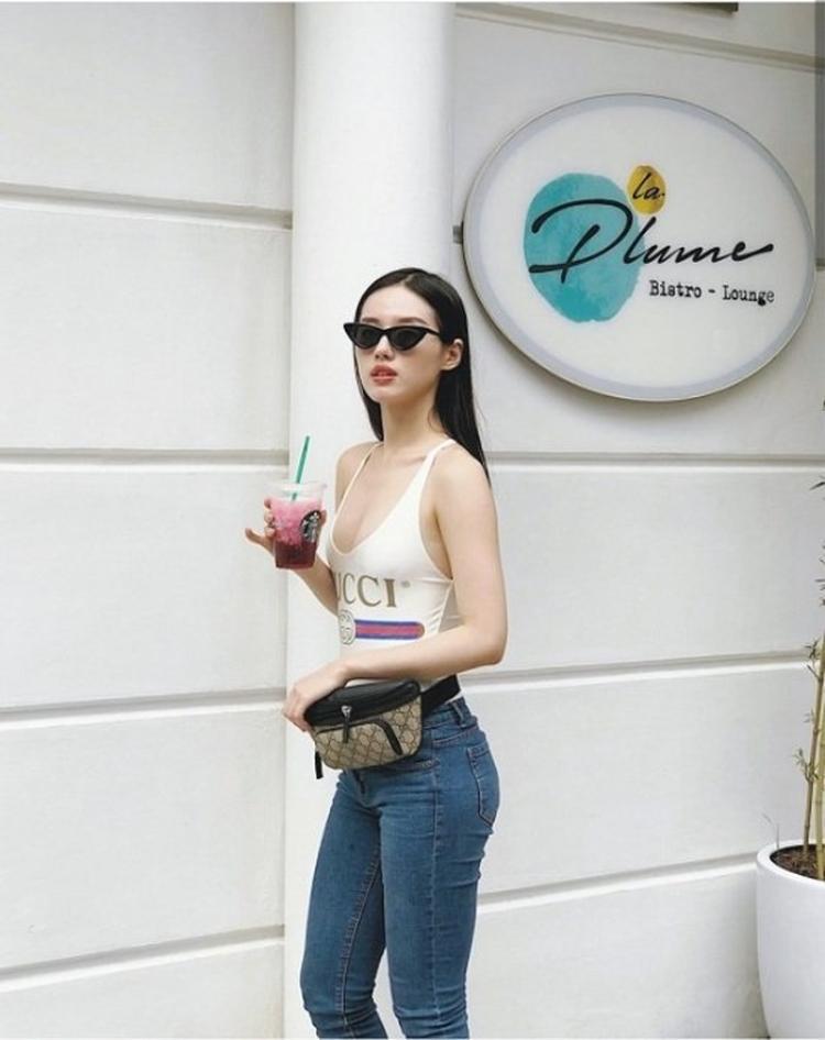Cô nàng sành trend Khánh Linh khá ưu ái mẫu bodysuite này.