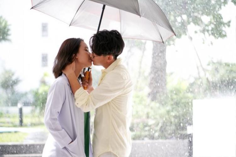 Nụ hôn trong MV vừa gây bất ngờ mà cũng khiến khán giả nuối tiếc vì câu chuyện tình còn bỏ ngỏ.