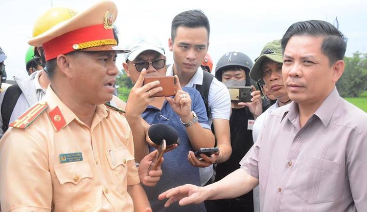 Bộ trưởng GTVT Nguyễn Văn Thể làm trưởng đoàn công tác đã trực tiếp xuống hiện trường. Ảnh VietNamNet.