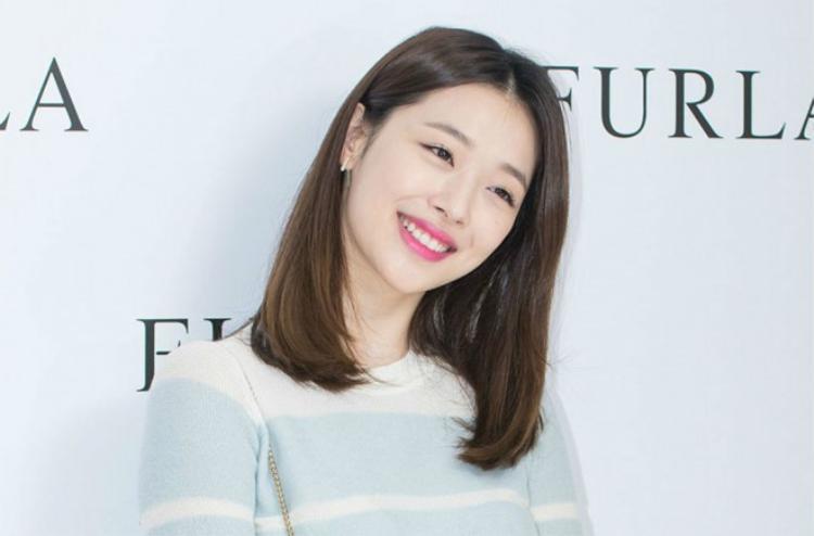 """Sulli được biết đến là thành viên thuộc nhóm F(x). Bên cạnh đó cô cũng góp mặt trong nhiều dự án phim như """"Punch Lady"""", """"To the Beautiful You"""", """"Ballad of Seodong"""", """"Real"""",…"""