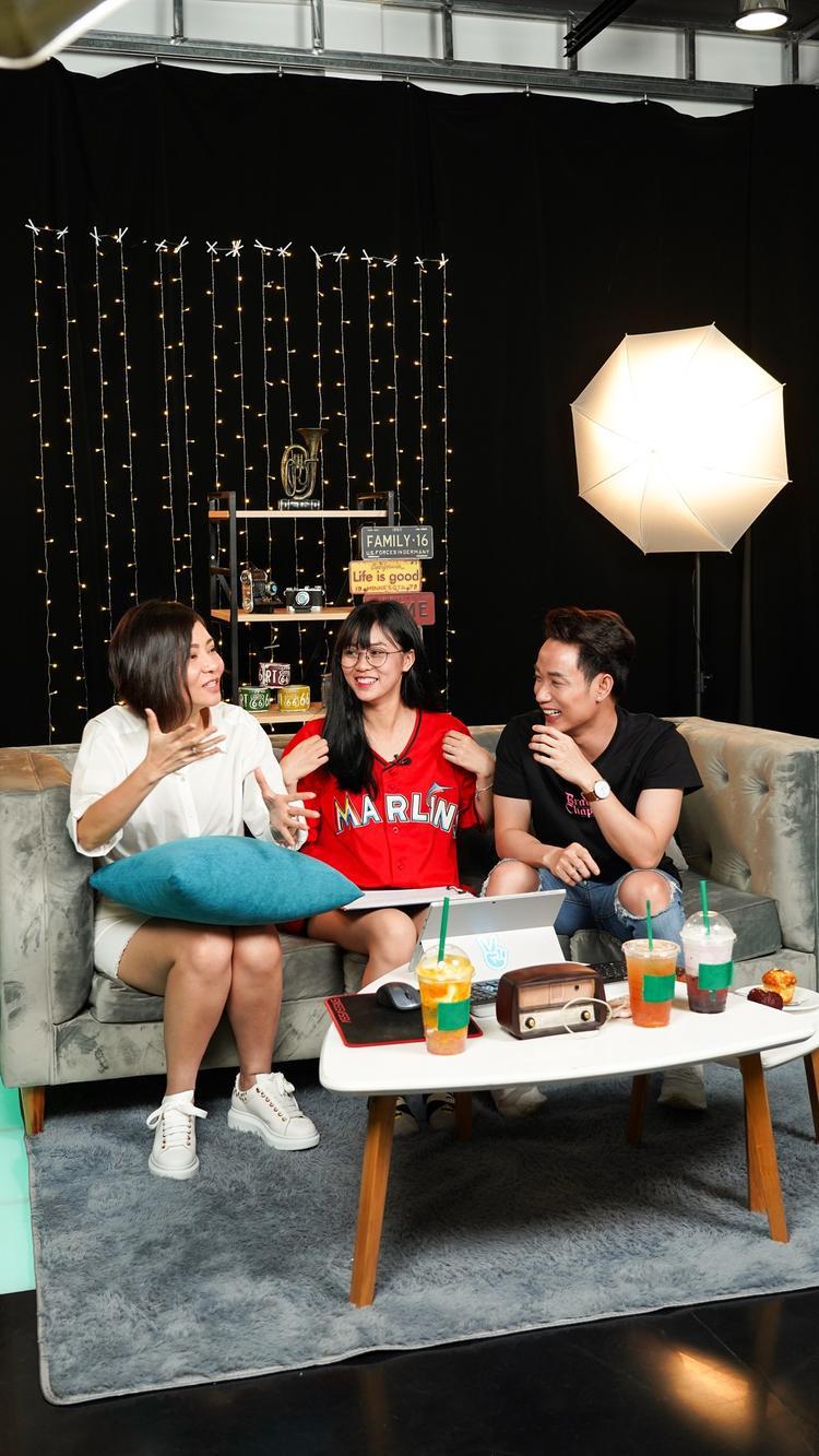 Ngay từ đầu buổi trò chuyện, hai nghệ sĩ cùng MisThy đã có những phút giây giao lưu vui vẻ về sự trùng hợp đến ngẫu nhiên thời điểm ra mắt MV khi chỉ cách nhau vỏn vẹn 1 tiếng đồng hồ.