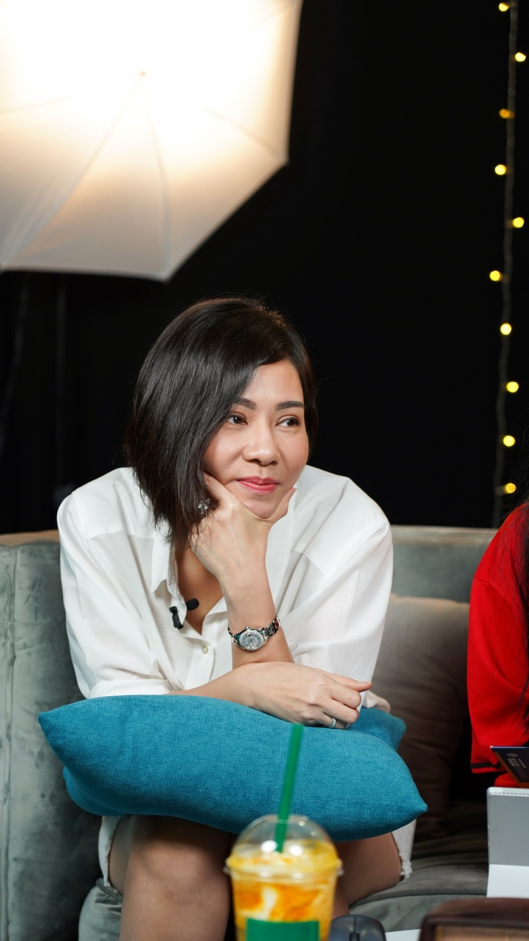 """Nữ ca sĩ Thu Minh còn """"lên kế hoạch"""" một cách bài bản cho những clip trên kênh YouTube của mình để nhanh chóng đạt được nút bạc giống như Trúc Nhân hay đặc biệt hơn là nút vàng YouTube giống cô nàng MisThy."""