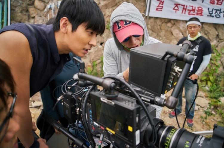 Sau khi quay xong cảnh khá nghiêm trọng, nam ngôi sao trẻ Joo Ji Hoon nhẹ nhõm xem lại.
