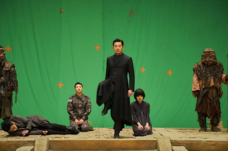 Ngay từ đầu, ba vệ thần và Su Hong, những người phải tham dự phiên tòa xét xử cuối cùng, thực sự bình yên, tươi tắm chứ không nghiêm túc như trong đoạn video trailer đã đăng tải trước đó.