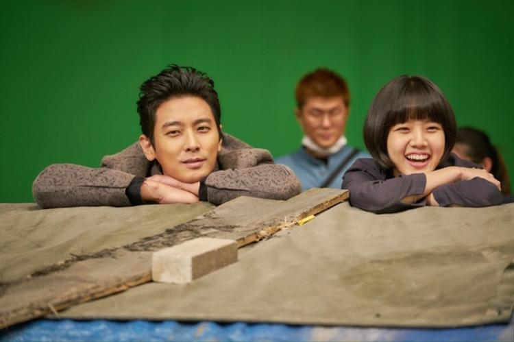 Trong khi đó,hai trợ lý vệ thần Joo Ji Hoon và Kim Hyang Gi nở nụ cười tỏa sáng, đáng yêu.