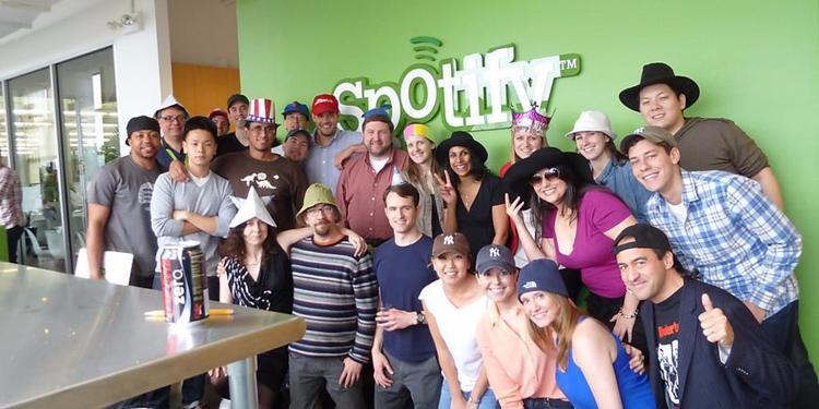 Spotify: Spotify mang đến cho nhân viên sáu tháng nghỉ thai sản, cộng thêm một tháng sau đó với giờ giấc làm việc linh hoạt. Công ty này thậm chí còn hỗ trợ các chi phí đông lạnh trứng hay hỗ trợ sinh đẻ cho nhân viên.