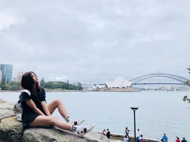 Trên facebook cá nhân, Ái Linh thường xuyên chia sẻ những hình ảnh vi vu khắp nơi, cùng những quan điểm tích cực để truyền cảm hứng lạc quan đến mọi người.