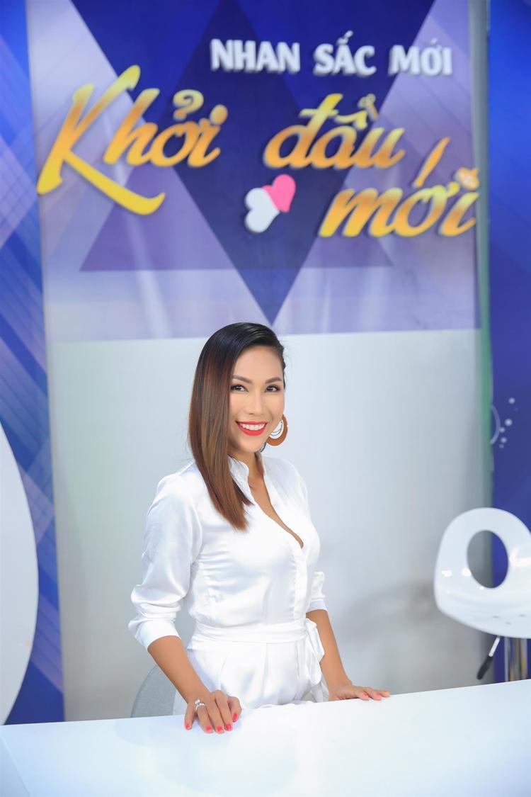 Ca sĩ Khánh Ngọc tham gia chương trình Nhan sắc mới, khởi đầu mới được phát sóng vào lúc 13h25 trên VTV9 đài truyền hình Việt Nam.