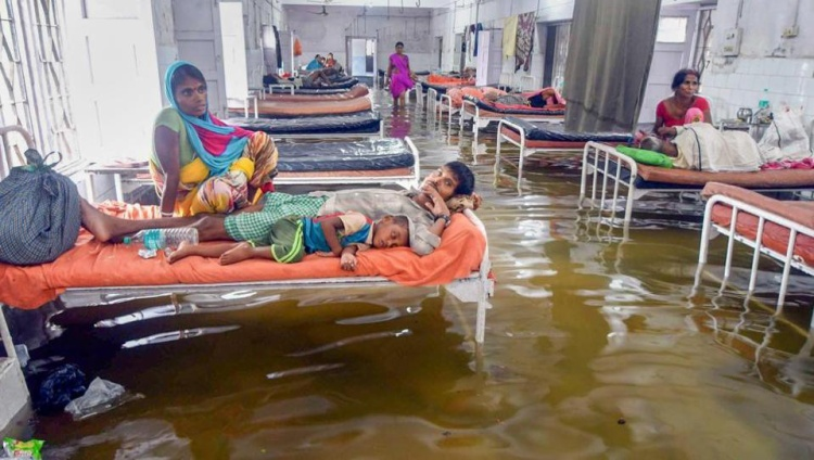 TheoHindustantimes, mưa lớn ởPatna, Ấn Độ trong 2 ngày 28 và 29/7 khiến cuộc sống của cư dân tại đây bị ảnh hưởng rất lớn, nhất là ở những vùng đất thấp như bệnh viện thuộc trường Đại học YNalanda.