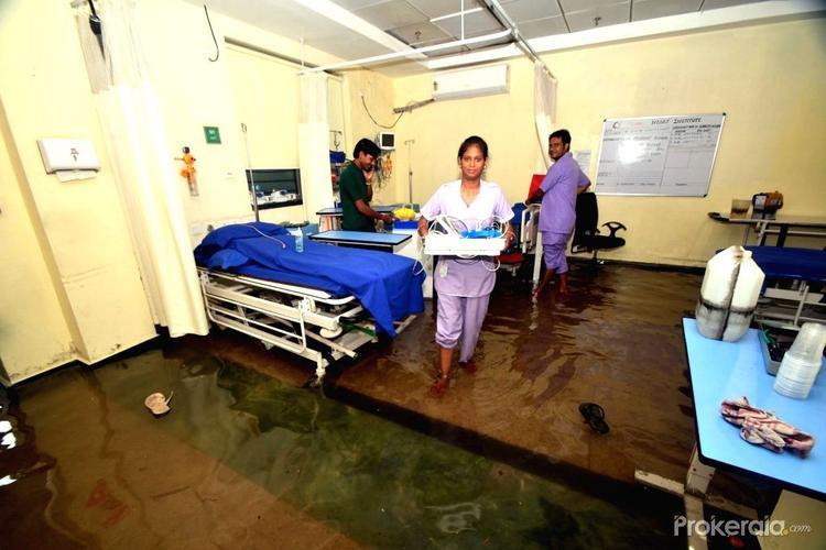 Ngập lụt khiến sàn nhà dễ gây trơn trượt hơn rất nhiều.