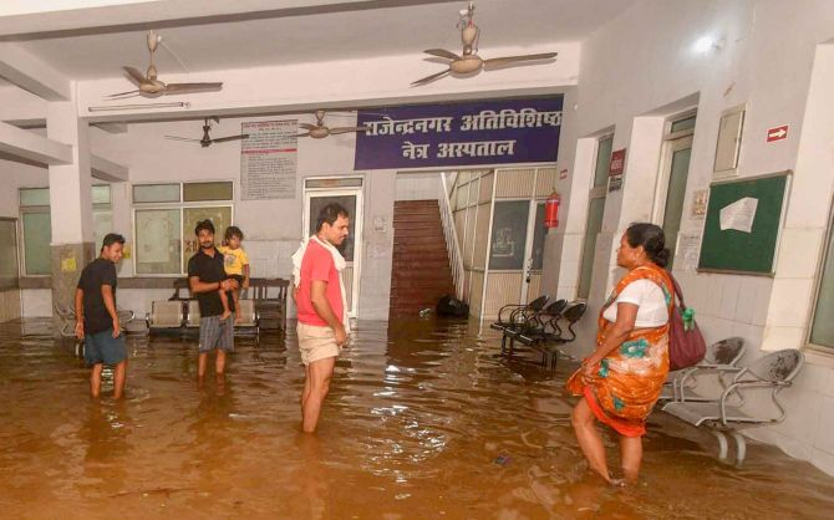 Vào tối 29/7, mực nước tại bệnh viện đã cao tới đầu gối và trong nước có xuất hiện cá và một số loài sinh vật nhỏ.
