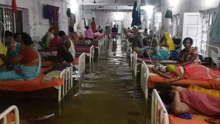 """Anand Prasad Singh, giám đốc bệnh viện trường Đại học Y Nalanda, cho hay: """"Chúng tôi đang cố gắng để bơm nước ra. Sẽ mất khoảng 3 giờ để bơm hết nước. Ở một số vùng trũng, chúng tôi phải chịu ngập lụt mỗi năm""""."""