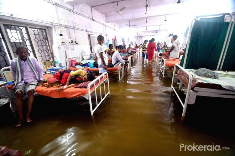 """Tiến sĩ Ravi Ranjan Kumar Raman, một bác sĩ tại bệnh viện, cho rằng, không chỉ bệnh nhân mà ngay cả đội ngũ bác sĩ và y tá đều phải chịu chung số phận khi sống tại ký túc xá của bệnh viện. Ông Raman chia sẻ: """"Ký túc xá số 2 của chúng tôi đã bị ngập úng. Chúng tôi phải rất cố gắng để vận chuyển thức ăn từ bên ngoài vào. Một mái nhà cũ đã bị sập xuống vào hôm qua""""."""