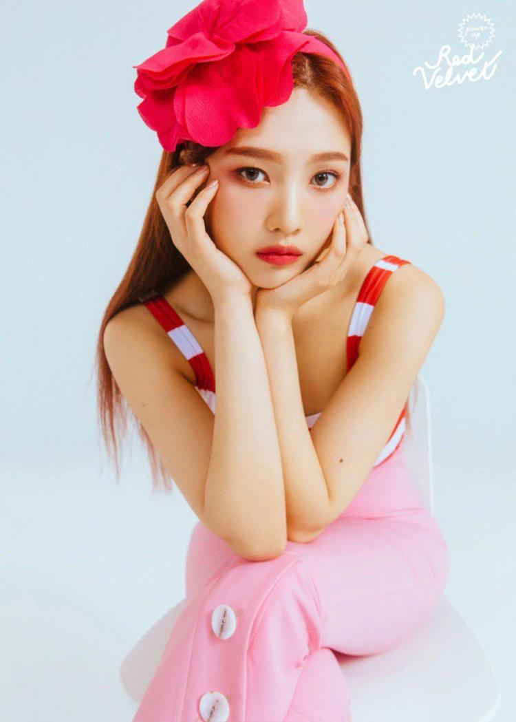 Nếu muốn học tập Red Velvet, trước tiên bạn cần 'tậu' ngay một cây mascara lông mày màu nâu nhé. Để phù hợp với hình ảnh búp bê đáng yêu, tất cả các thành viên đều nói không với lông mày đen.