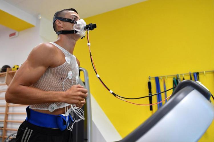 Ronaldo tiến hành kiểm tra sức khỏe trước khi bước vào tập luyện.