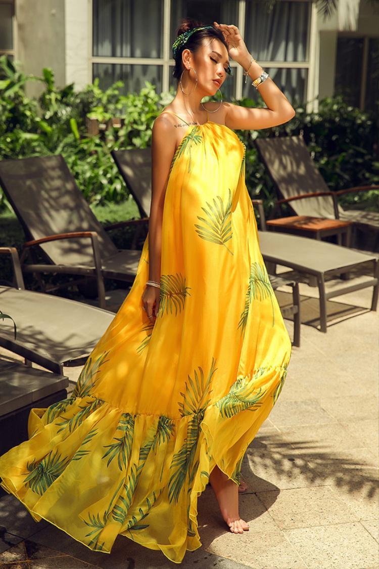 Váy maxi vàng rực như nắng thu vô cùng bay bổng quyến rũ