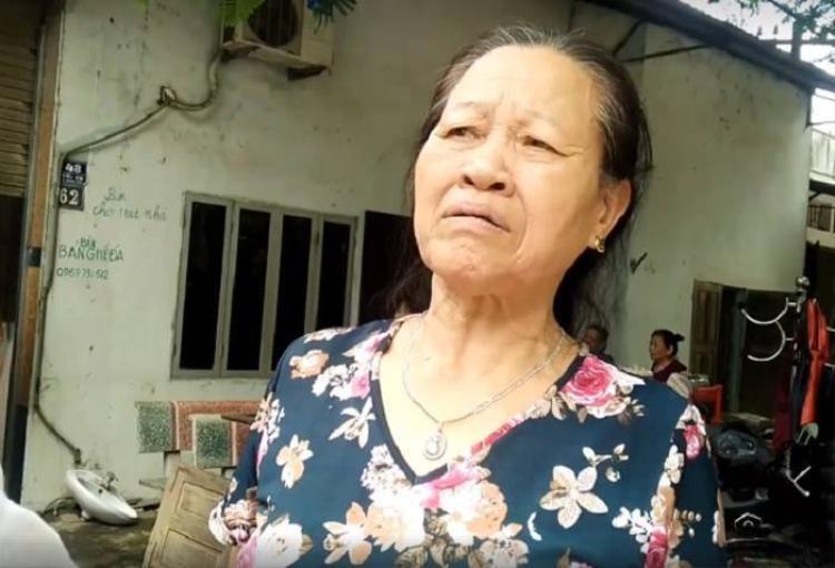 Bà Thoa bần thần kể lại phút ngôi nhà của gia đình bị đổ sập.