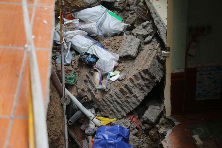 Nhiều nhà dân nứt toác, đổ sập xuống sông Đà.