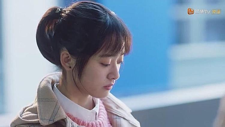Nước mắt Sam Thái rơi không ngừng khi nhìn thấy A Tự hôn Tiểu Tư trước mặt mình nhưng cô vẫn dối lòng là bản thân đang vui đến rơi nước mắt.