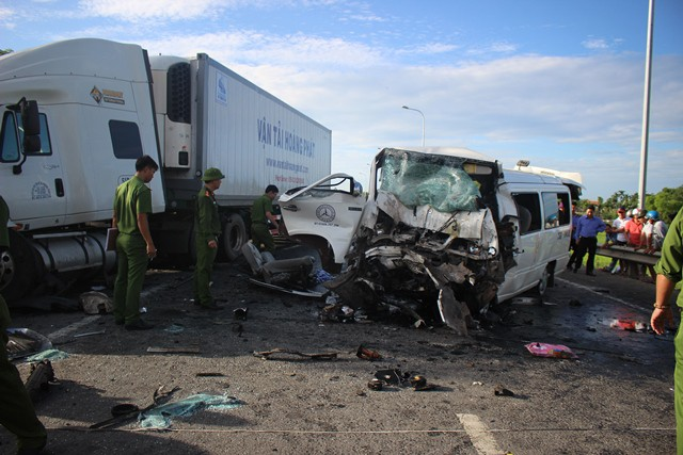 Chiếc xe 16 chỗ đã đâm thẳng trực diện vào chiếc xe đầu kéo ngược chiều, gây ra tai nạn thảm khốc.