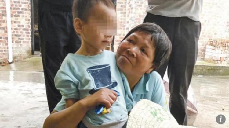 Bé trai 3 tuổi sống sót sau 5 ngày sống cạnh thi thể ông nội.