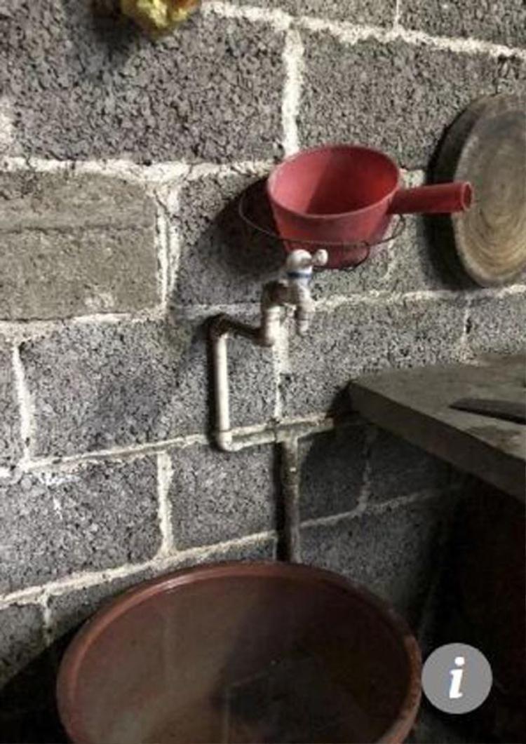 Bà Jingyu cho rằng bé trai đã tự mở được vòi nước để uống cầm hơi trong 5 ngày.