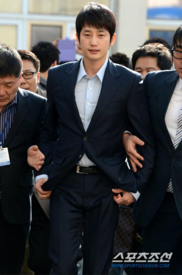 Ngoài đời, chẳng biết Park Shi Hoo có giúp đỡ ai như trong phim không nhưng có lẽ người ta bây giờ chỉ nhớ đến anh với cáo buộc cưỡng hiếp khiến sự nghiệp xuống dốc không phanh.