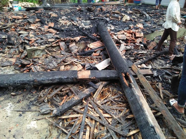 Ngọn lửa thiêu rụi cả căn nhà