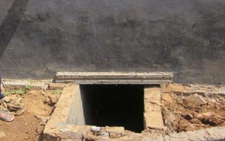 """Những hố xí """"thủ công"""" vẫn còn khá phổ biến tại các vùng nông thôn ở Trung Quốc. Ảnh: REX"""