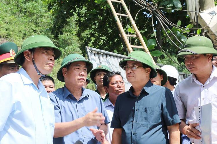 Vụ nhiều nhà dân bị 'nuốt chửng' xuống sông Đà: Phó Thủ tướng trực tiếp đến hiện trường thăm hỏi, động viên người dân