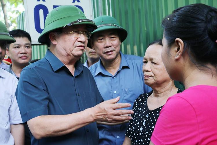 Phó Thủ tướng Chính phủ Trịnh Đình Dũng thăm hỏi động viên người dân.