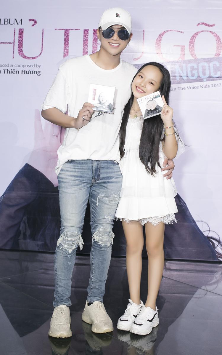 Soobin Hoàng Sơn và bé Hoài Ngọc tại buổi họp báo.