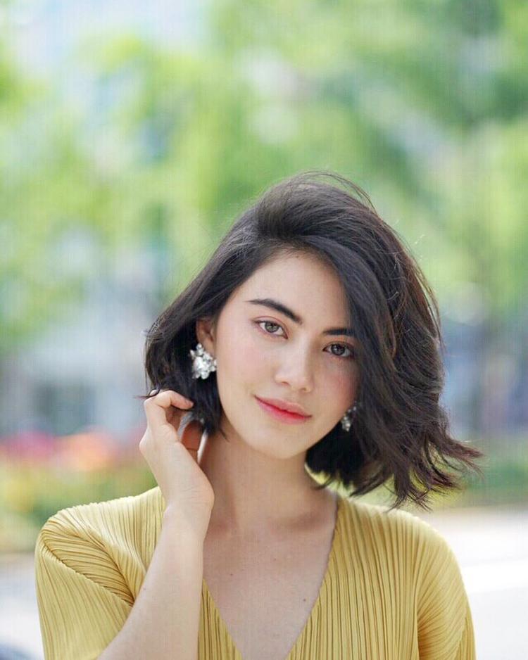 Ngay cả khi cắt tóc ngắn trông cô vẫn luôn quyến rũ trong mọi góc nhìn.