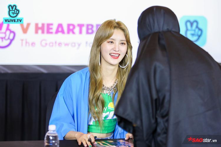 Junghwa có vẻ rất thích thú với người hâm mộ đặc biệt này.