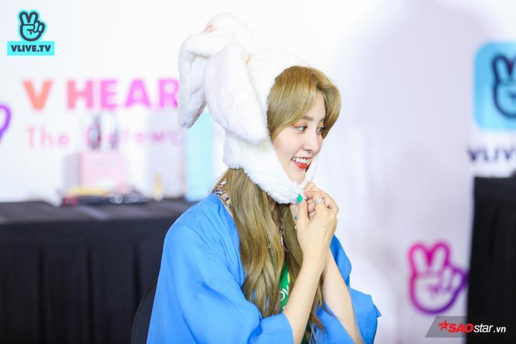 Nữ ca sĩ tỏ ra rất thích thú với đôi tai thỏ to sụ.