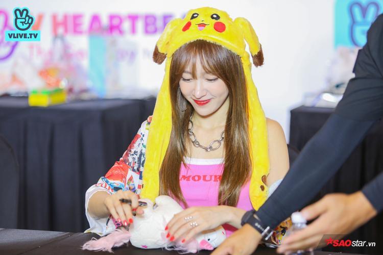 Hani đội chiếc mũ Pikachu đáng yêu.