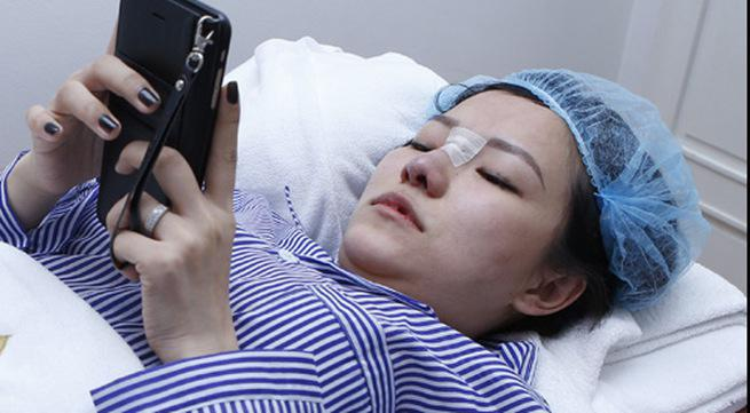Cô đang trong phòng phẫu thuật chuẩn bị cho ca nâng mũi, tiêm môi.