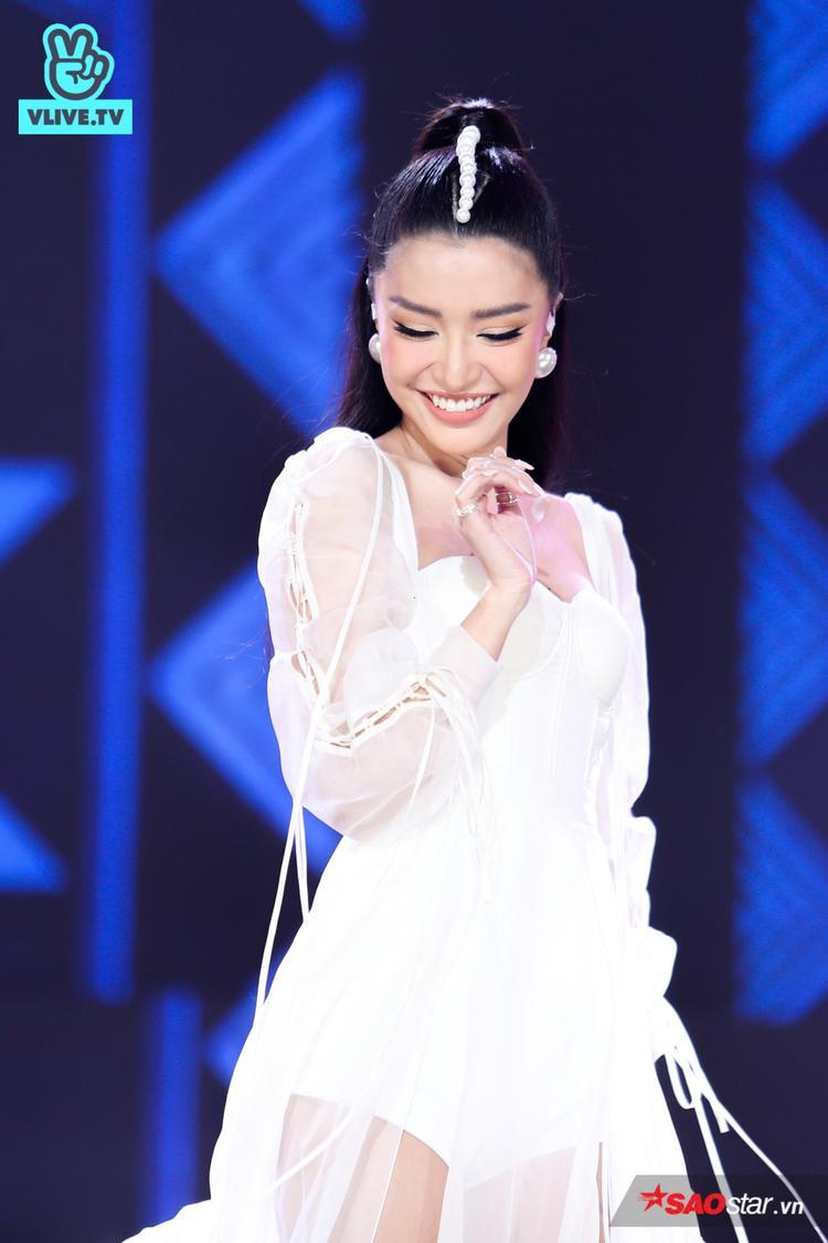 """Cô nàng """"lầy lội"""" Bích Phương cũng vừa có màn trình diễn bùng nổ không kém các đồng nghiệp đến từ Hàn Quốc. Nữ ca sĩ đã tới bản hit được phát hành cách đây hơn 2 năm - Rằng em mãi ở bên và hiện tượng đình đám thời gian qua - Bùa yêu."""