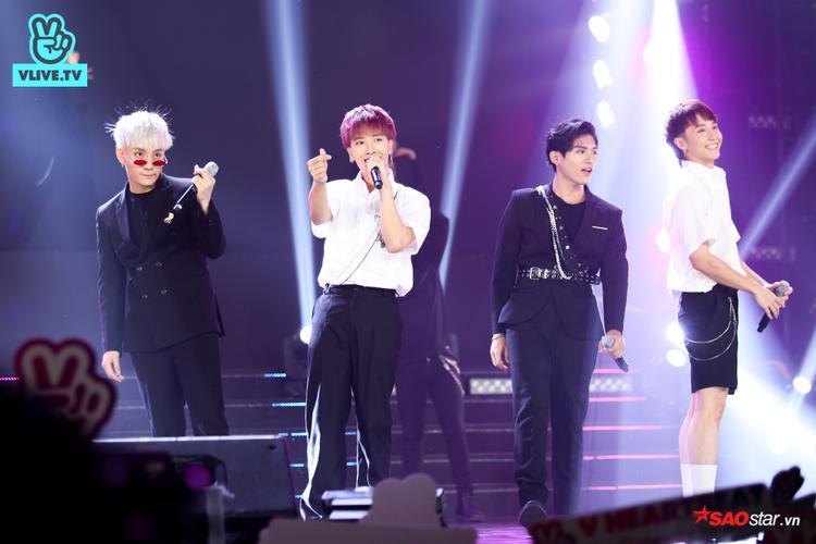 4 chàng trai MONSTAR hoàn thành trọn vẹn nhiệm vụ mở màn chương trình với ca khúc Hey Girl mới toanh.